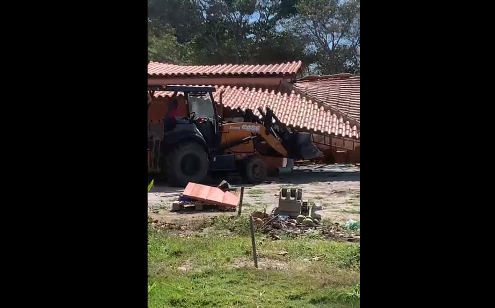 Estabelecimentos comerciais são derrubados na orla de Porto Seguro — Foto: Reprodução/Redes Sociais