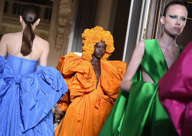 PARIS, FRANCE - JULY 04:  Models walk the runway during the Valentino Haute Couture Fall Winter 2018/2019  show as part of Paris Fashion Week on July 4, 2018 in Paris, France.  (Photo by Pascal Le Segretain/Getty Images) (Foto: Getty Images)