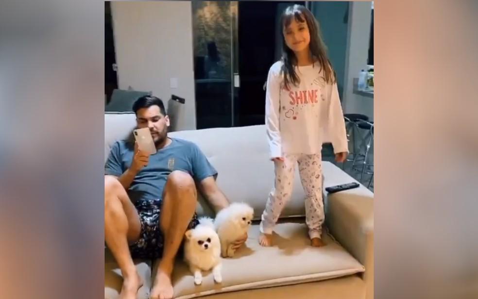 Cauan e a filha Maria Eduarda em casa, em post publicado nas redes sociais — Foto: Reprodução/Instagram