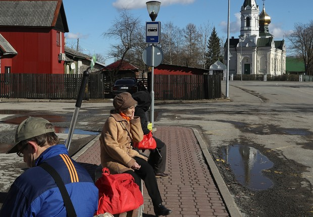 TAPA, ESTONIA - MARCH 23: People wait at a bus stop as a Russian Orthodox church stands behind on March 23, 2017 in Tapa, Estonia. Estonia is a member of the European Union and shares its eastern border with Russia. Russians make up about a quarter of the (Foto: Sean Gallup/Getty Images)