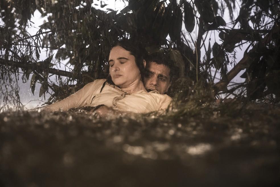 Luna (Juliana Paiva) é socorrida por Téo (Felipe Simas) em 'Salve-se Quem Puder' — Foto: João Miguel Júnior/Globo