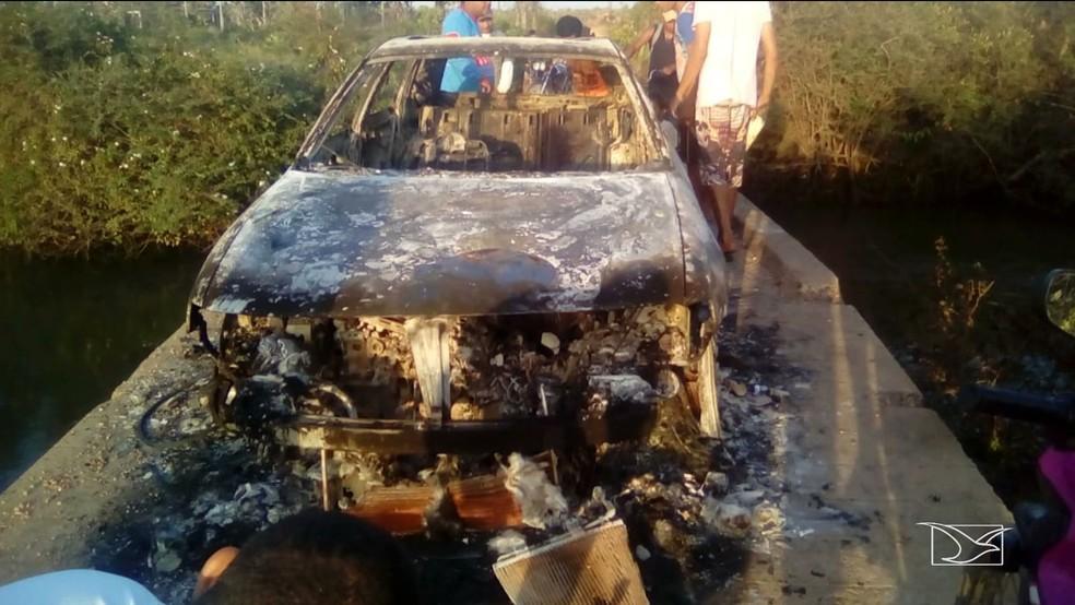 Carro usado pelos assaltantes em Araioses foi queimado durante a fuga — Foto: Reprodução/TV Mirante