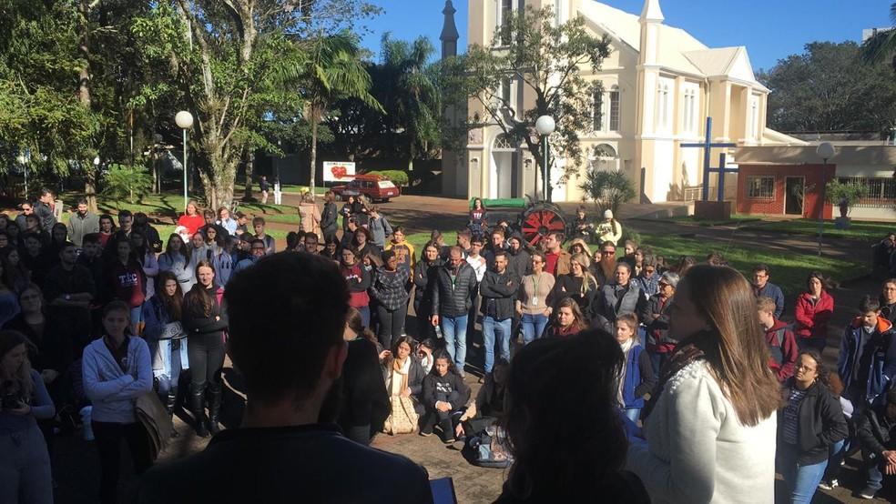 Alunos do IFFAR de Santo Augusto também fizeram um ato durante a manhã com um abraço simbólico no campus e uma aula na Praça Pompílio Silva — Foto: IFFAR/divulgação