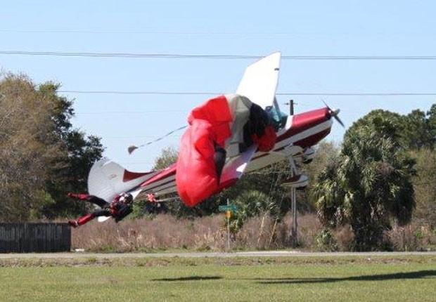 Pára-quedas se enrisca em avião (Foto: Tim Telford/Polk County Sheriff's Office/AP)