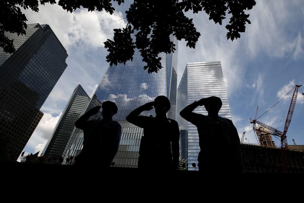 Militares fazem saudação para homenagear as vítimas dos ataques de 11 de setembro em Nova York — Foto: Reuters/Brendan McDermid