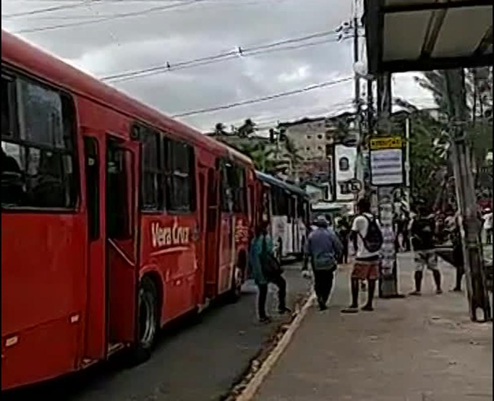 Ônibus enfileirados durante passeata de motoristas e cobradores no bairro do Jordão, na Zona Sul do Recife, nesta segunda-feira (25) — Foto: Reprodução/WhatsApp