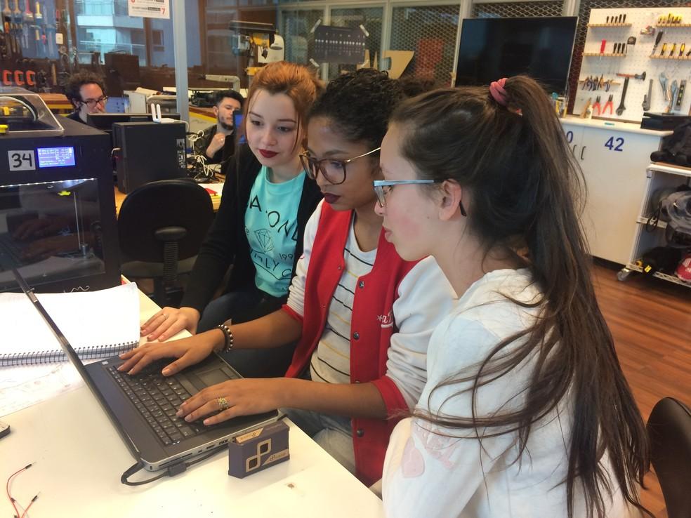 Grupo aprende noções de programação para desenvolver óculos e tornozeleira com sensores. (Foto: Luiza Tenente/G1)