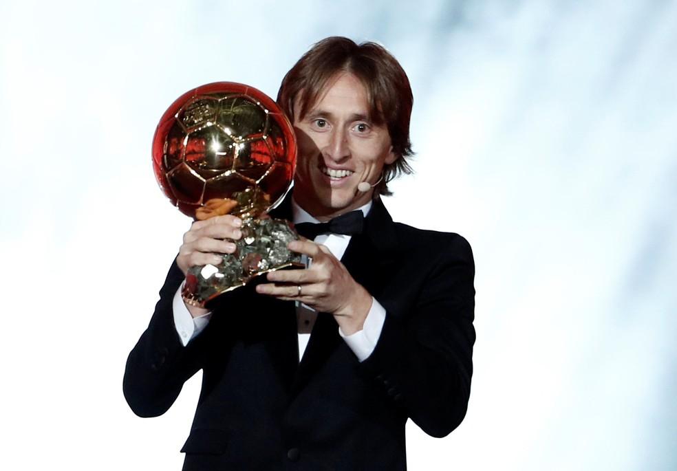 Luka Modric posa com a Bola de Ouro — Foto: Benoit Tessier / Reuters