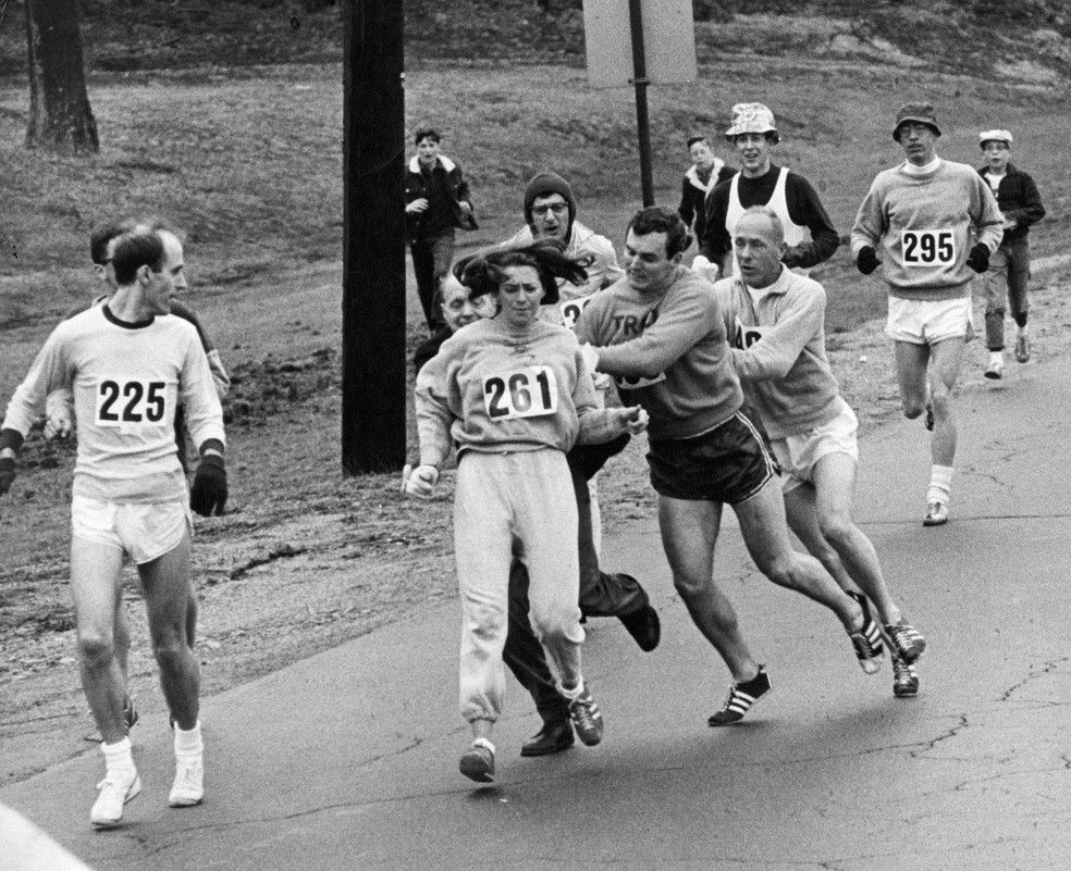 Funcionário tenta expulsar Kathrine Switzer da Maratona de Boston de 1967 (Foto: Getty Images)