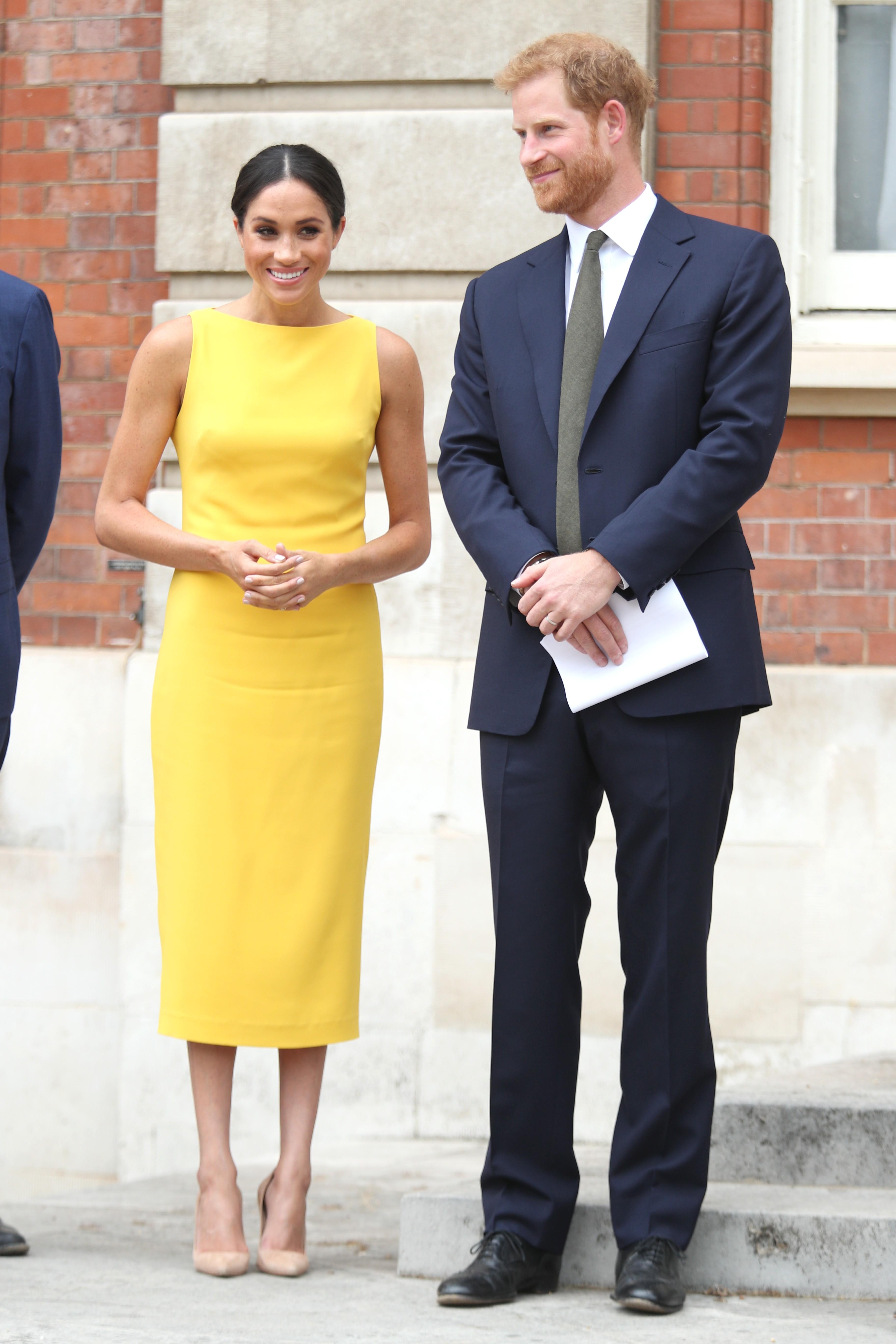 Meghan Markle usou um vestido na cor Gen Z Yellow  (Foto: Getty Images)
