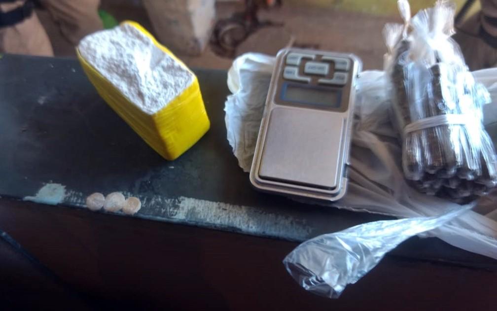 Jovem de 20 anos foi presa com drogas no São Geraldo, em Pouso Alegre — Foto: Polícia Militar