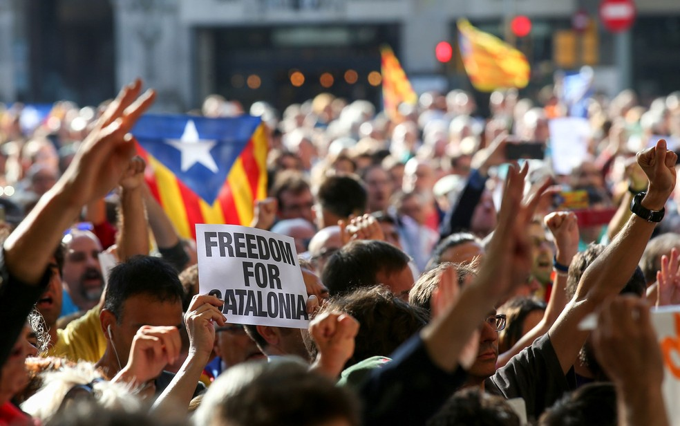 Manifestantes pró-independência pedem liberdade à Catalunha (Foto: Reuters/Albert Gea)