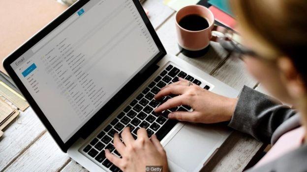 Um estudo mostrou que a caixa de entrada dos participantes tinha em média 102 e-mails não lidos (Foto: Getty Images via BBC News)