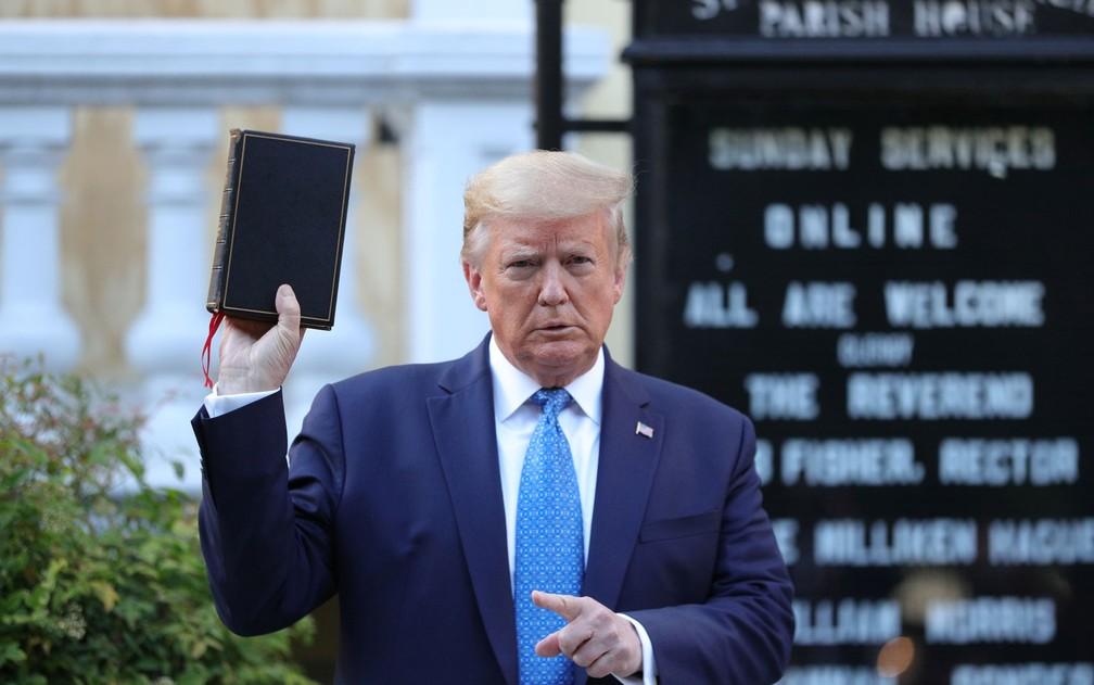 O presidente dos EUA, Donald Trump, posa com uma Bíblia nas mãos em frente a Igreja Episcopal St. John, em Washington, na segunda-feira (1) — Foto: Reuters/Tom Brenner