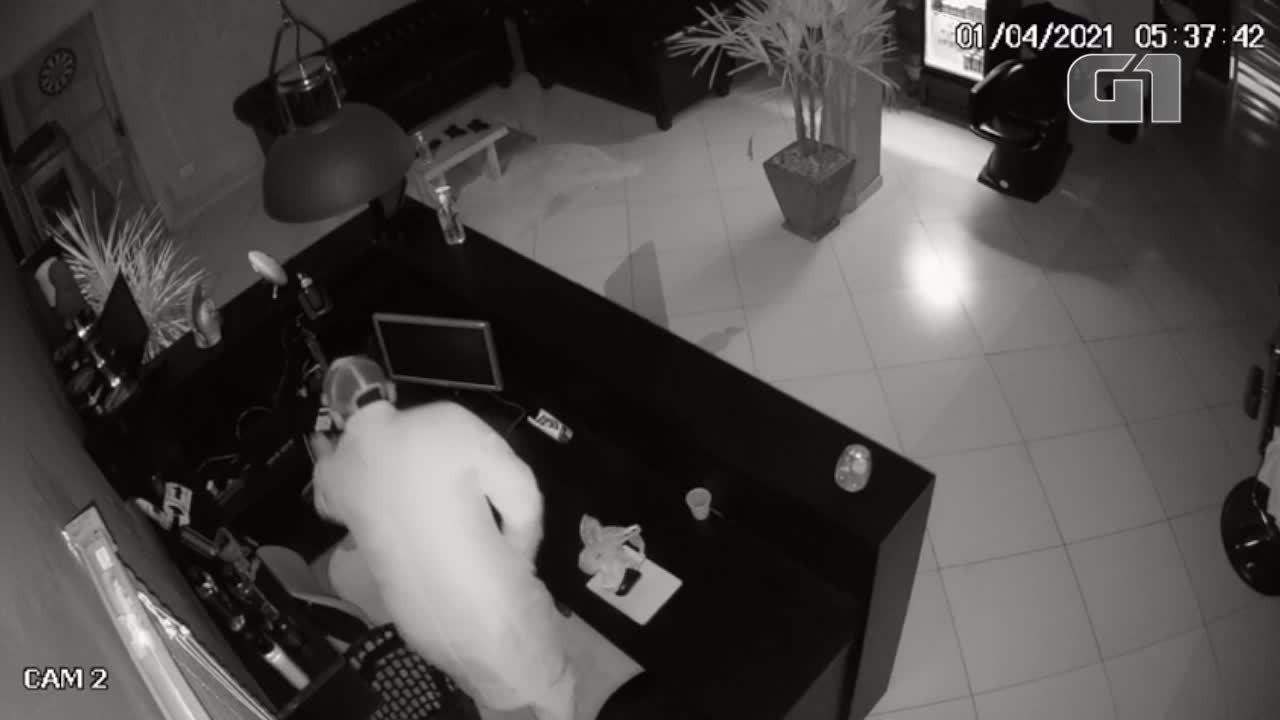 Barbearia de Curitiba é invadida e suspeito deixa prejuízo de R$ 10 mil