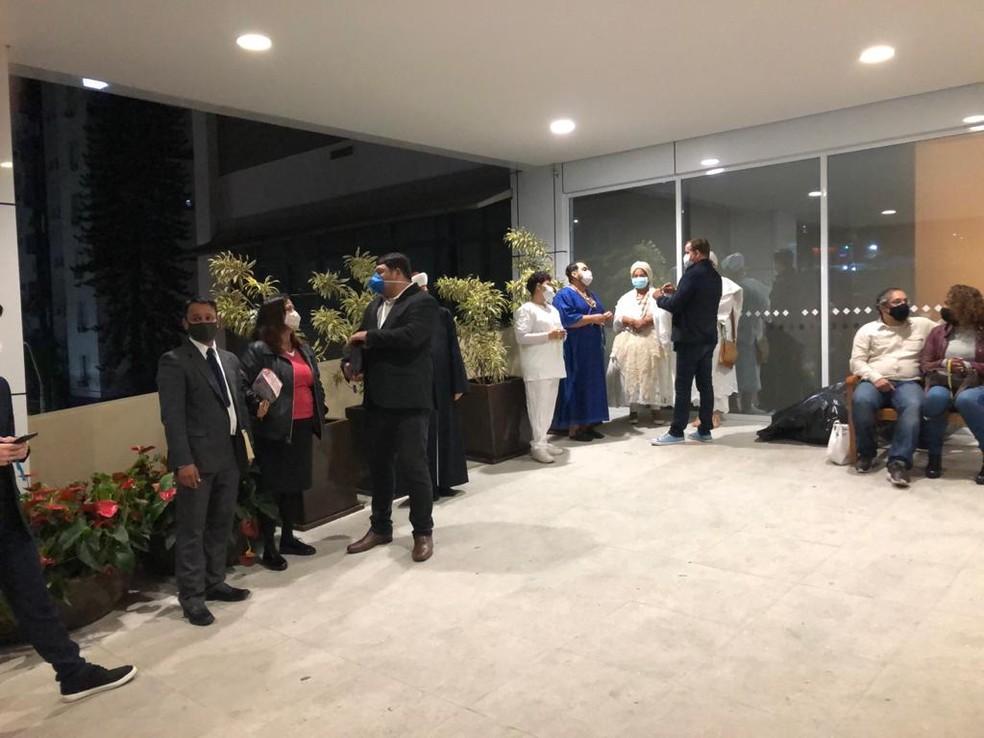 Representantes de diversas religiões aguardam início de ato em favor do prefeito Bruno Covas (PSDB) no Hospital Sírio-Libanês, no Centro da capital paulista — Foto: Roberto Paiva/TV Globo