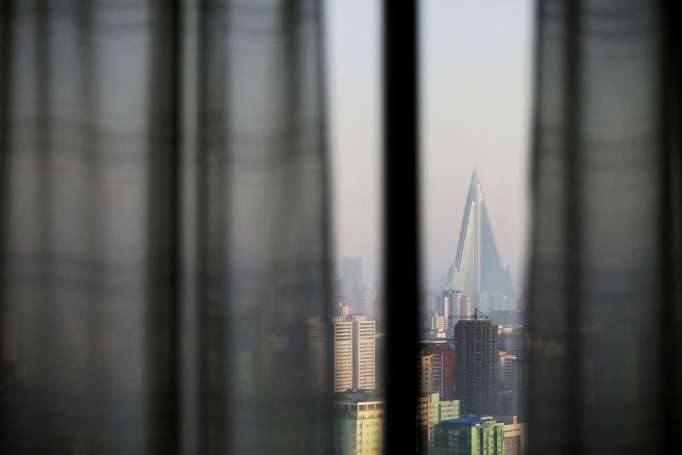 Ryugyong Hotel, em Pyongyang, na Coreia do Norte, tem 330 metros de altura, 105 andares e nunca recebeu nenhum hóspede  (Foto: Damir Sagolj/Reuters)