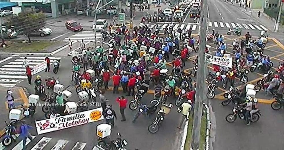 Motociclistas iniciaram protesto na Avenida Senador Salgado Filho, em Natal (Foto: Reprodução/STTU)