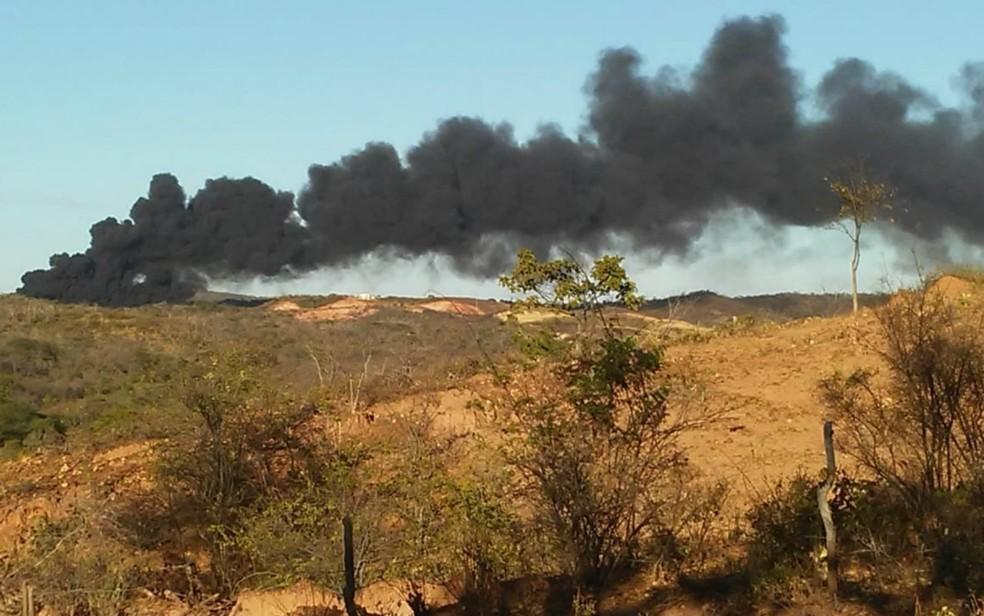 Caminhão-tanque explodiu na manhã desta terça-feira (26) na BA-449. (Foto: Jadiel Luiz / Blog do Sigi Vilares)