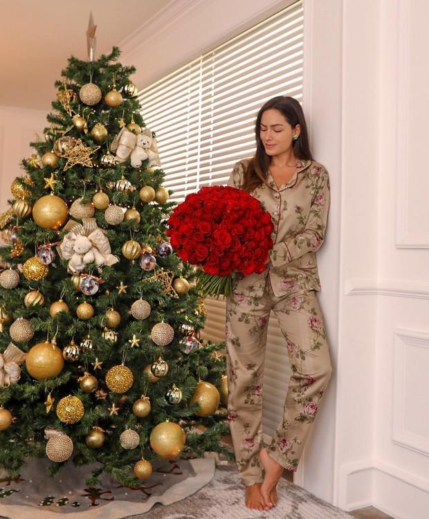 A árvore de Natal de Lu Tranchesi foi montada em tons de dourado  (Foto: Reprodução/ Instagram )