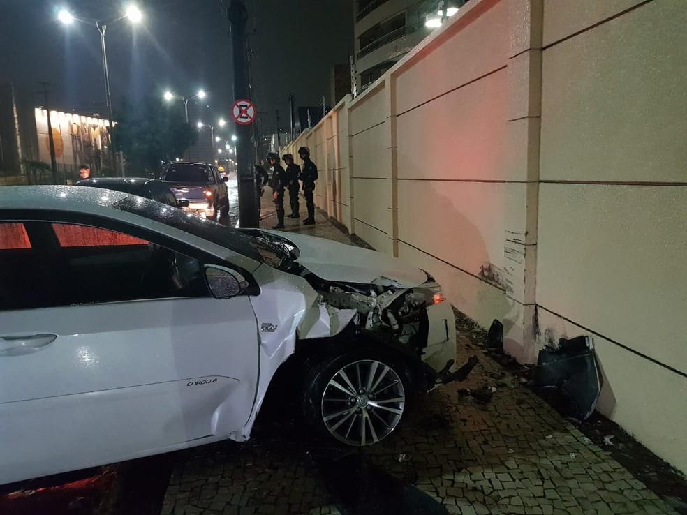 Veículo bateu em muro após mulher ser baleada em latrocínio em Fortaleza — Foto: Rafaela Duarte/SVM