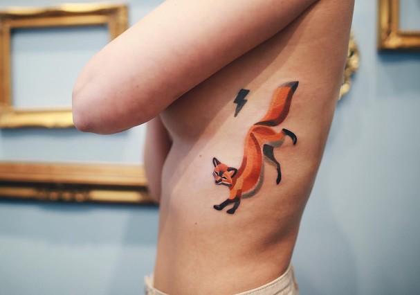 Eu acho que vi um gatinho! As cores vibrantes da tatuadora Sasha (Foto: reprodução/Instagram)