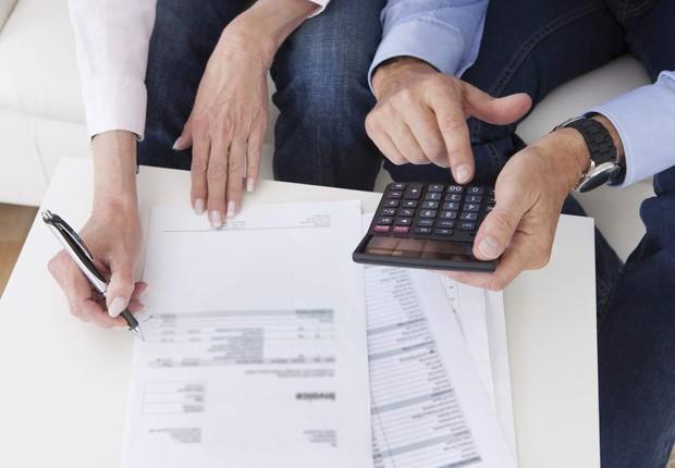 Casal; dívidas; contas; endividamento; calculadora; finanças pessoais (Foto: Thinkstock)