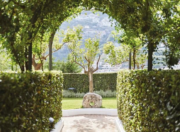 Jardins exuberantes estão espalhados por todo o hotel (Foto: Belmond Hotel/ Reprodução)