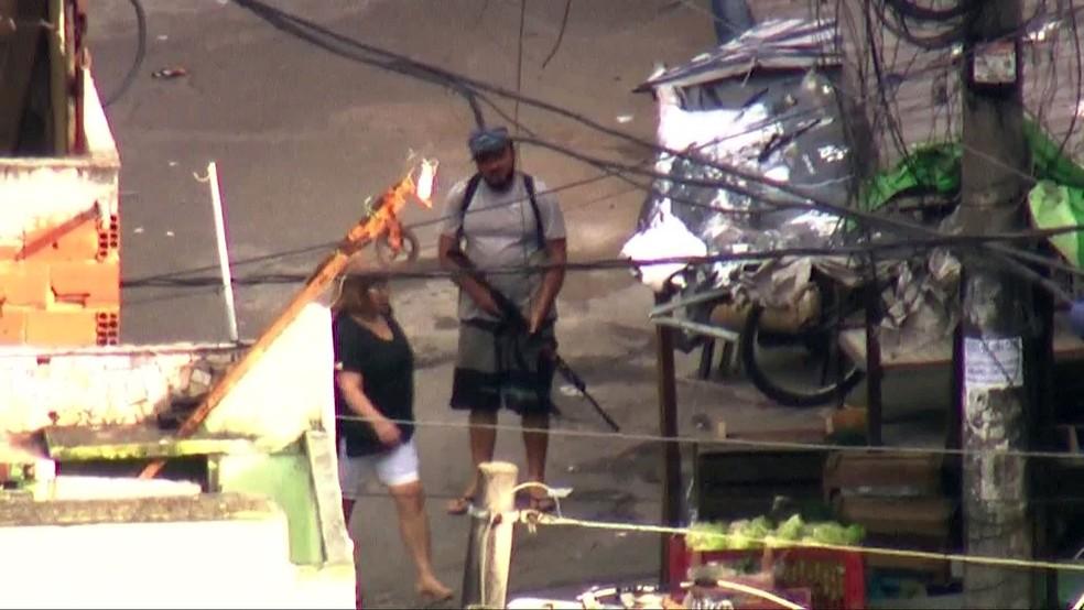 Homem com fuzil dentro da Favela do Jacarezinho — Foto: Reprodução/TV Globo