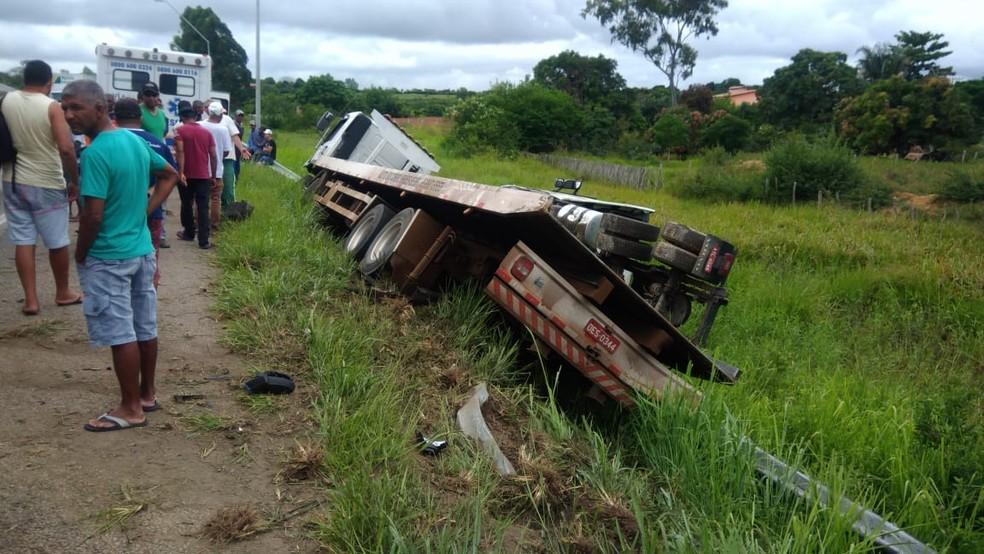 Caminhão guincho foi parar em um barranco, às margens da via — Foto: Anderson Oliveira/ Blog do Anderson
