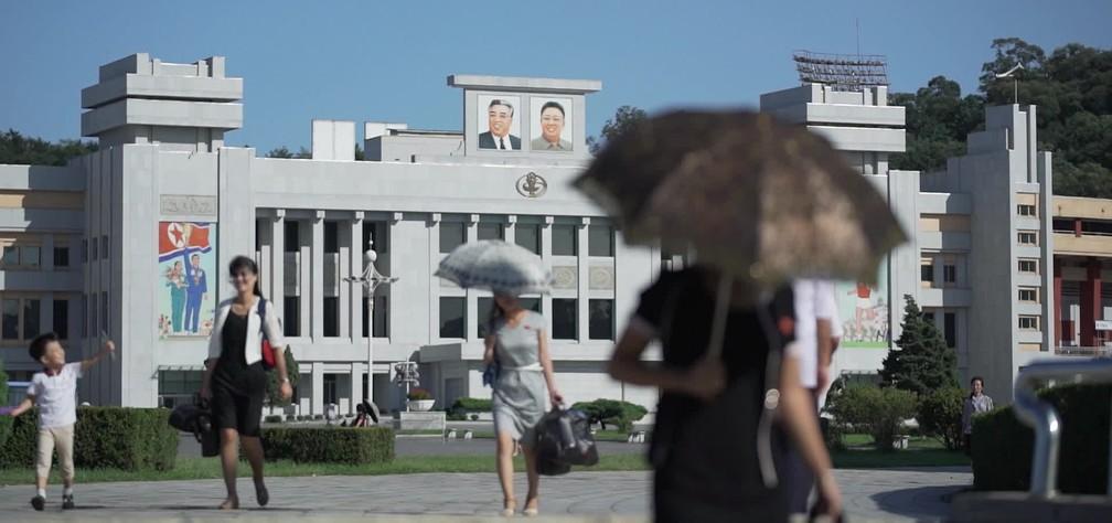 Pessoas caminham na praça Kim Il-sung, no distrito central de Pyongyang, Coreia do Norte — Foto: Reprodução/Fantástico