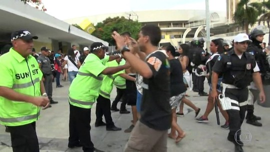 Torcedores e policiais entram em conflito na porta do Maracanã, no Rio