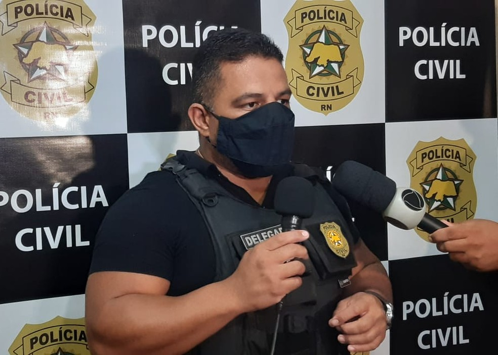 Delegado Cidorgeton Pinheiro, da Delegacia de Macaíba, investiga o caso — Foto: Sérgio Henrique Santos/Inter TV Cabugi