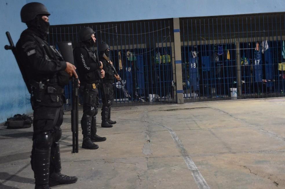 Policiais cumpriram mandados de busca e apreensão dentro da Casa de Custódia (Foto: Divulgação/Sejus)