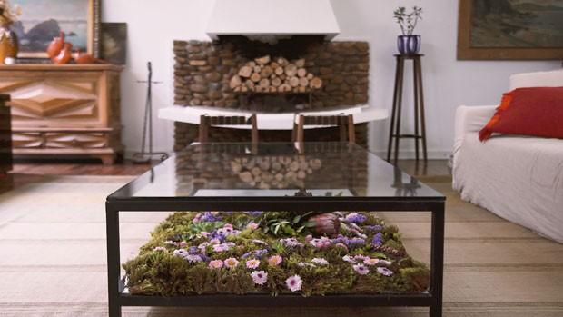 Como montar uma mesa diferente para o café da tarde usando muitas flores (Foto: Casa Vogue)
