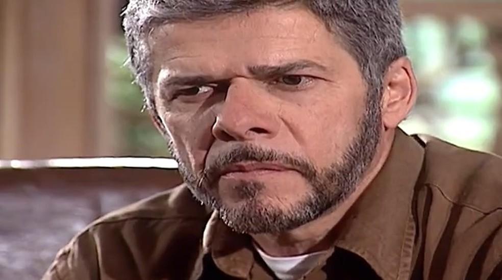 Pedro (José Mayer) fica pensativo com chantagem de Íris (Deborah Secco)  — Foto: Globo