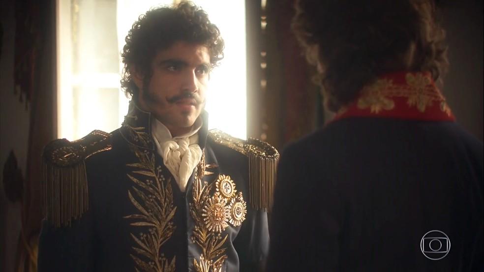 Dom Pedro (Caio Castro) exige provas de Joaquim (Chay Suede) contra Thomas (Gabriel Braga Nunes), em 'Novo Mundo' — Foto: TV Globo