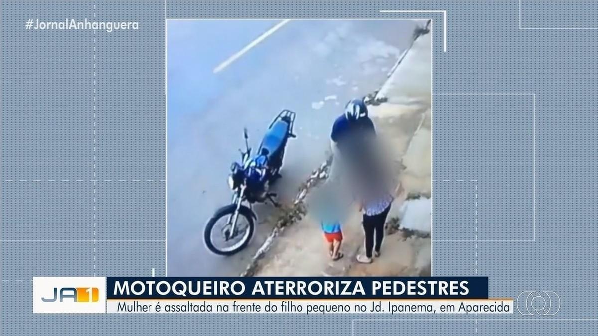 Motociclista rouba bolsas de mulher que estava com filho, em Aparecida de Goiânia; veja vídeo - G1
