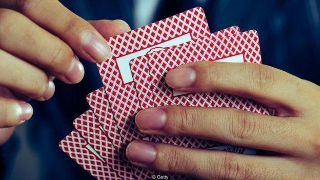 Pessoas deprimidas tendem a ser mais avessas ao risco - e apresentam pior desempenho em jogos que envolvem recompensas potenciais (Foto: Getty Images via BBC News Brasil)