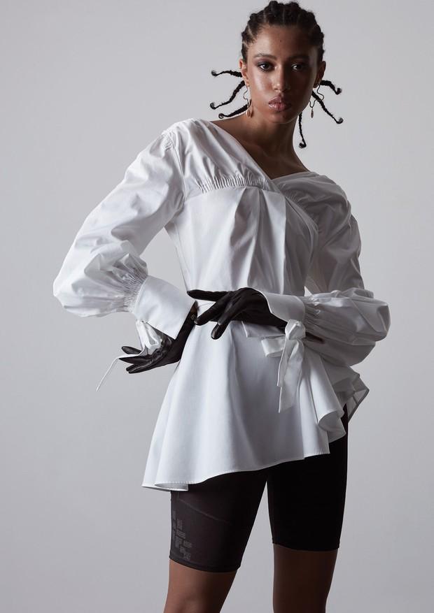 Camisa Teija no Conceito ê (R$ 1.990), bermuda Adidas (R$ 180), brincos Mariana Giusburg (R$ 240) e luvas Louis Vuitton (R$ 2.930) (Foto: Caroline Curti)