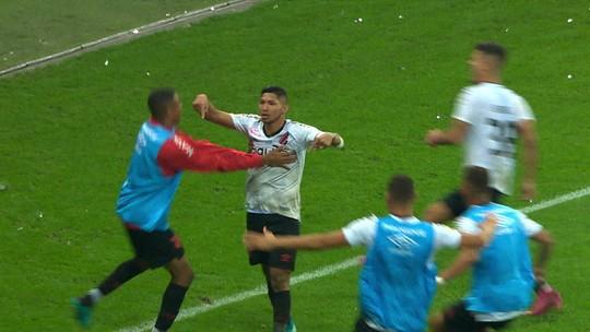 Colorados criticam postura de Edenílson e Sobis em segundo gol do Athletico; veja reações