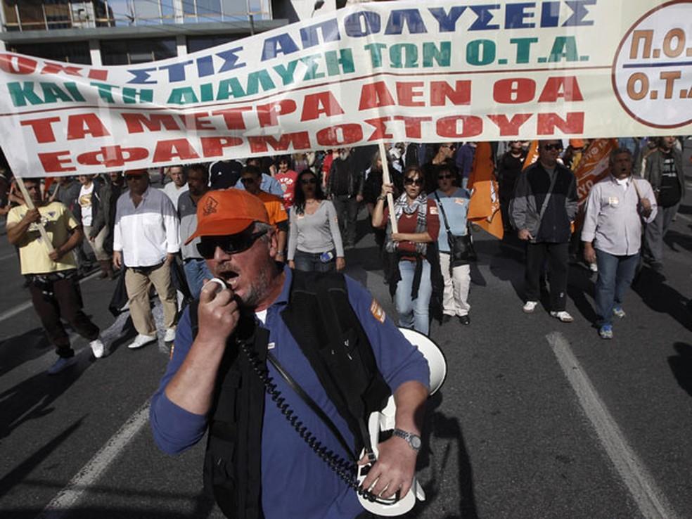 Trabalhadores municipais marcham em um ato antiausteridade no centro de Atenas em 2012. — Foto: Reuters/John Kolesidis