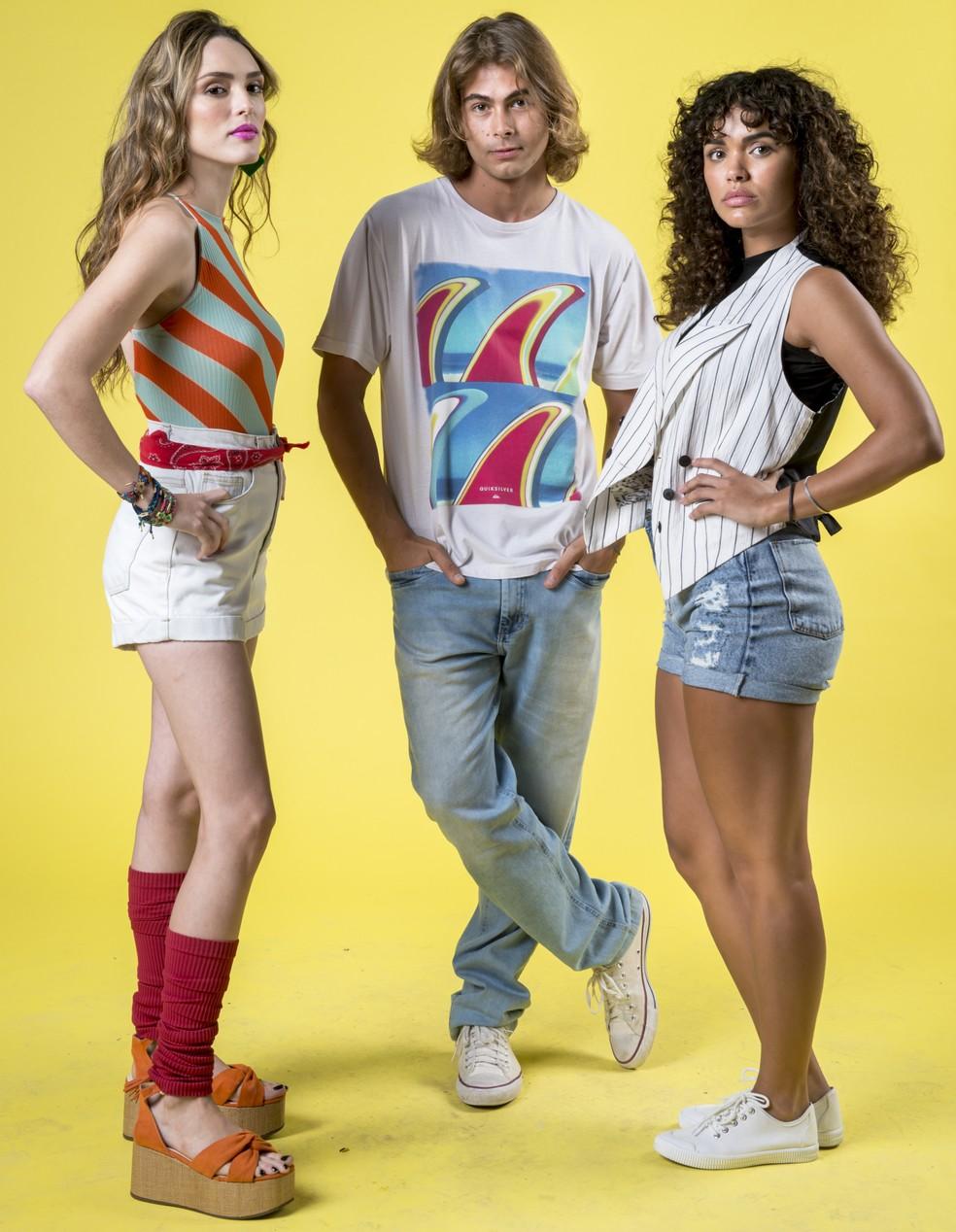 Manuela (Isabelle Drummond) , João (Rafael Vitti) e Moana (Giovana Cordeiro) na novela 'Verão 90' — Foto: Globo/João Cotta