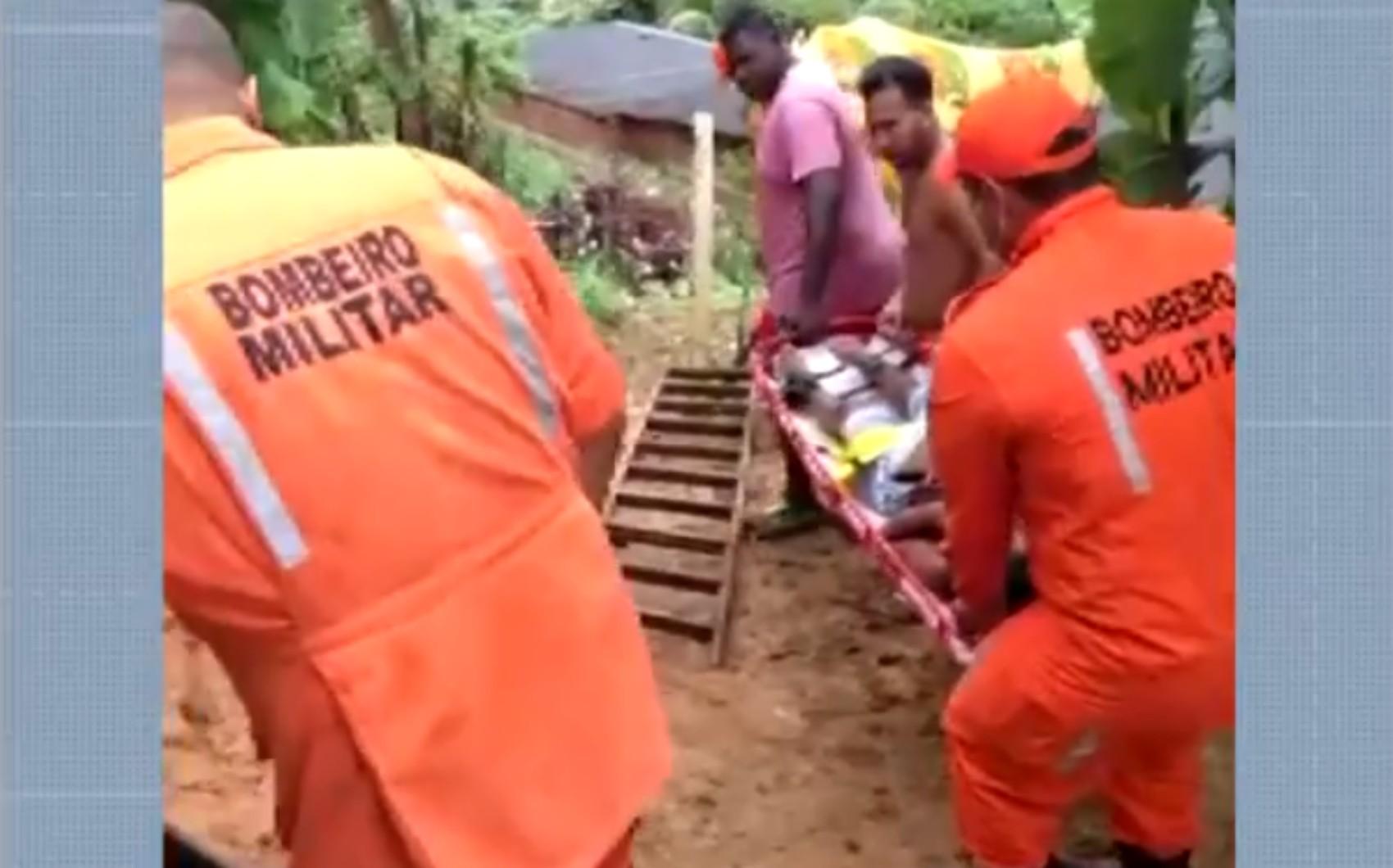 Mulher dá à luz dentro de imóvel em morro no sul na Bahia e bombeiros utilizam corda para retirar mãe e filha
