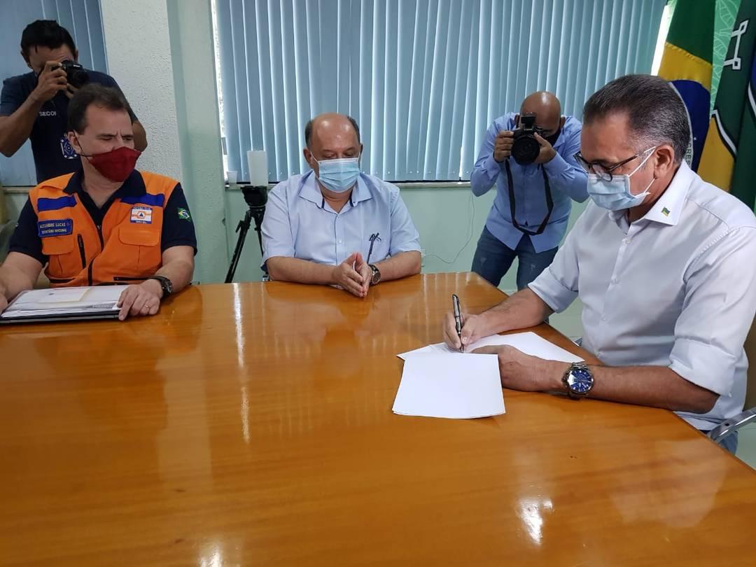 Waldez Góes assinando decreto de emergência