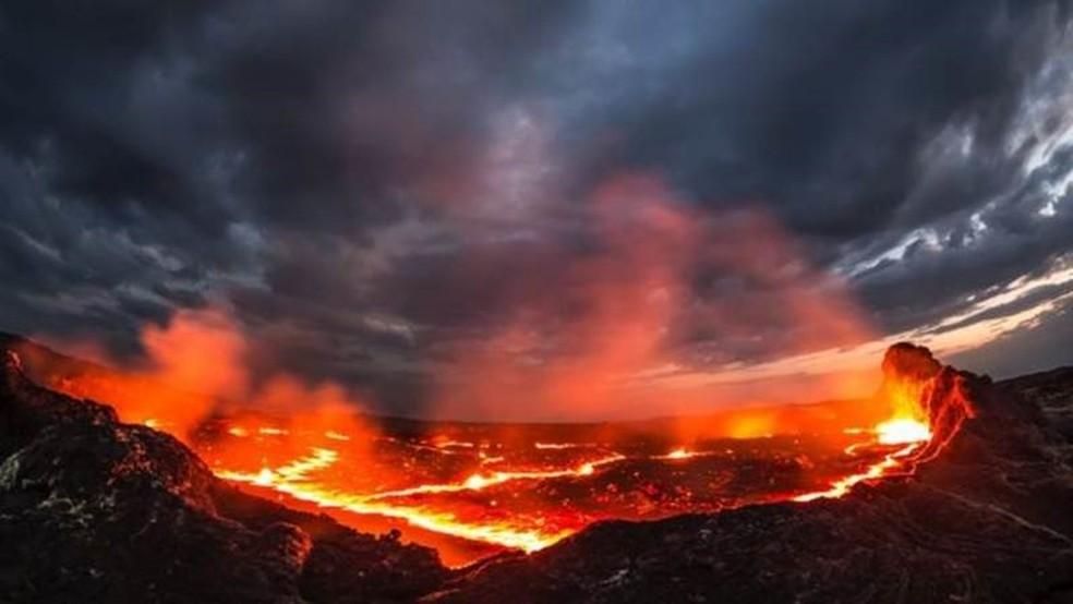 Imagine uma paisagem de magma e rochas geladas e você terá uma ideia aproximada de como é a superfície de K2-141b — Foto: Getty Images via BBC