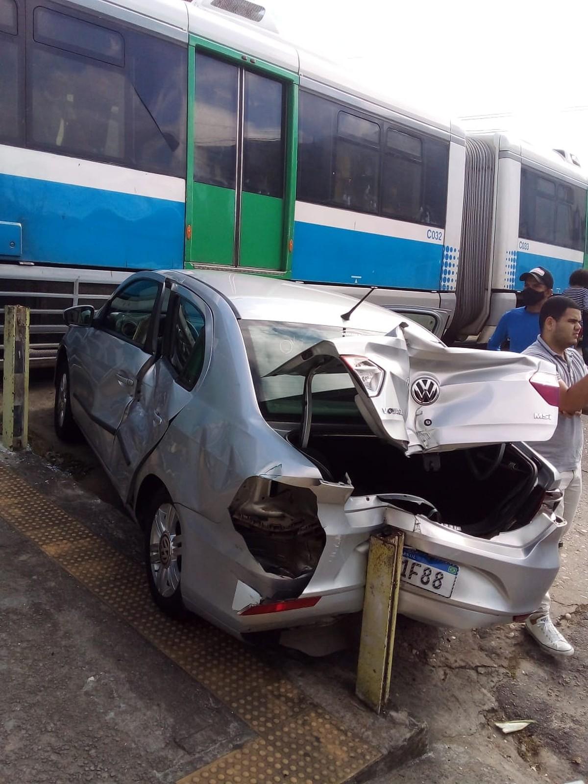 Carro é atingido por trem em linha férrea de Natal