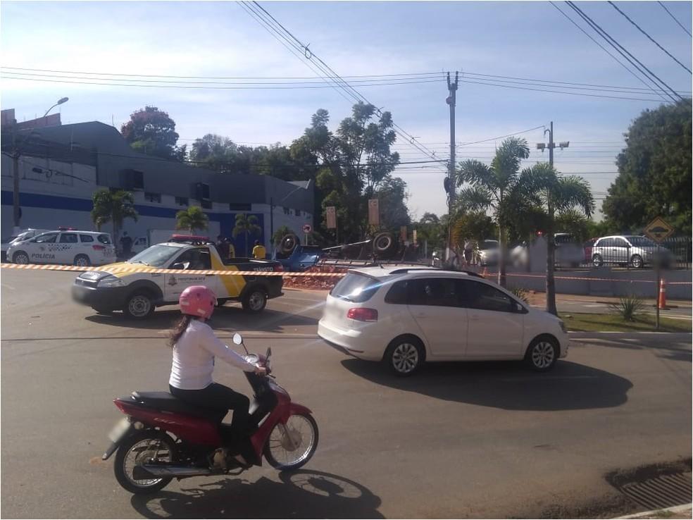 Caminhão tombou e avenida fica interditada em Tatuí (SP) — Foto: Arquivo Pessoal