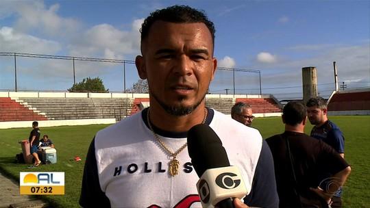 Em Maceió, Zé Carlos acompanha treino do Criciúma, mas revela que vai torcer para o CRB