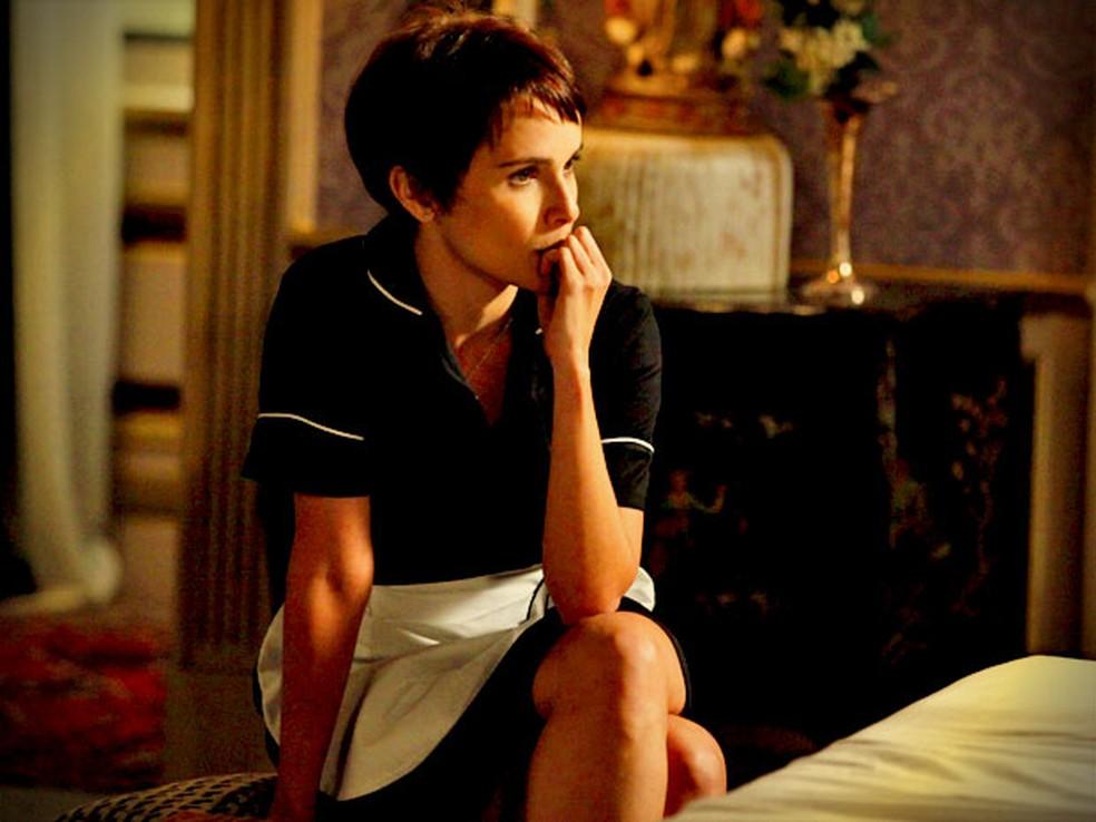 Nina consegue escutar friamente todas as mentiras contadas pela megera sobre sua infância — Foto: Globo